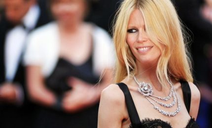 La bellezza senza tempo di Claudia Shiffer seduce i Bambi Awards
