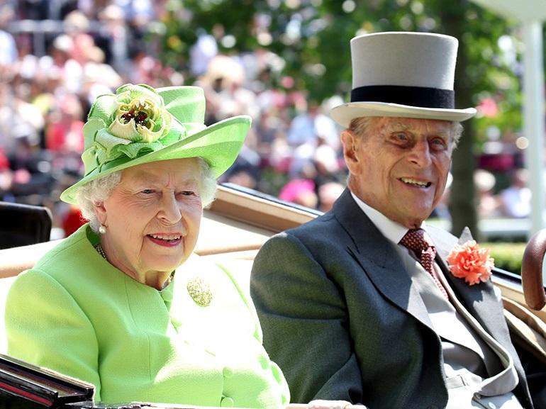 L'arma segreta per la regina Elisabetta II, una mano finta per salutare