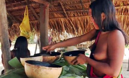 Ubriachi per tradizione, i brindisi col caxiri delle tribù Waiapi