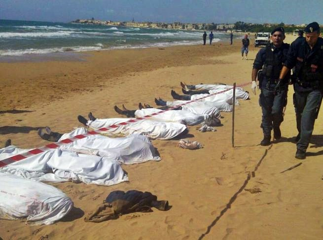 Migranti, 23 morti nel naufragio di un gommone diretto in Italia