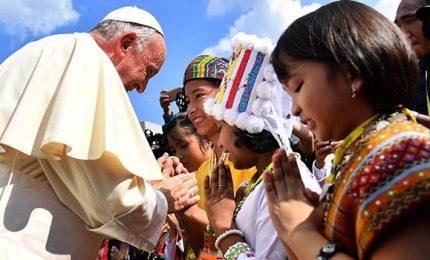 Myanmar, Papa arriva a Yangon. Folla di fedeli