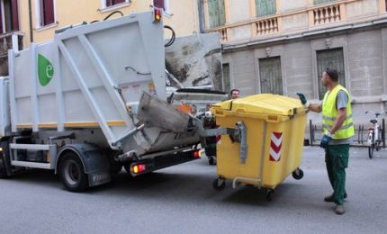 Rifiuti, gli italiani pagano 9 mld l'anno