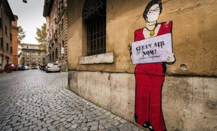 Street art da Totti al Papa: tutti con la mascherina anti-smog