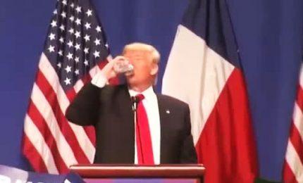 Trump beve durante discorso, implacabile ironia del web