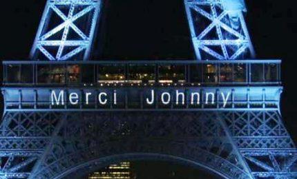 "La Francia ringrazia Hallyday: sulla Tour Eiffel ""Mercy Johnny"""