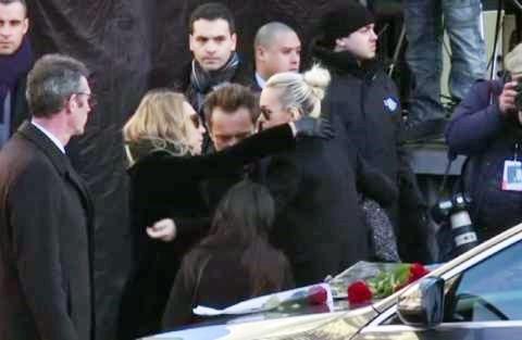 Funerali del rocker, Macron abbraccia i figli di Hallyday