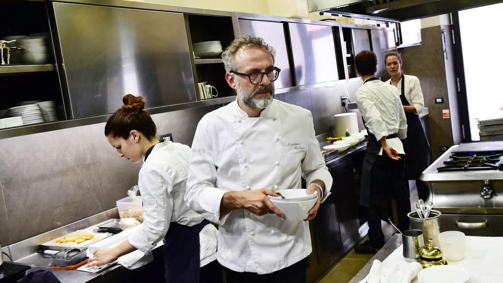 Lo chef tristellato Bottura apre ristorane a 1 euro a Parigi