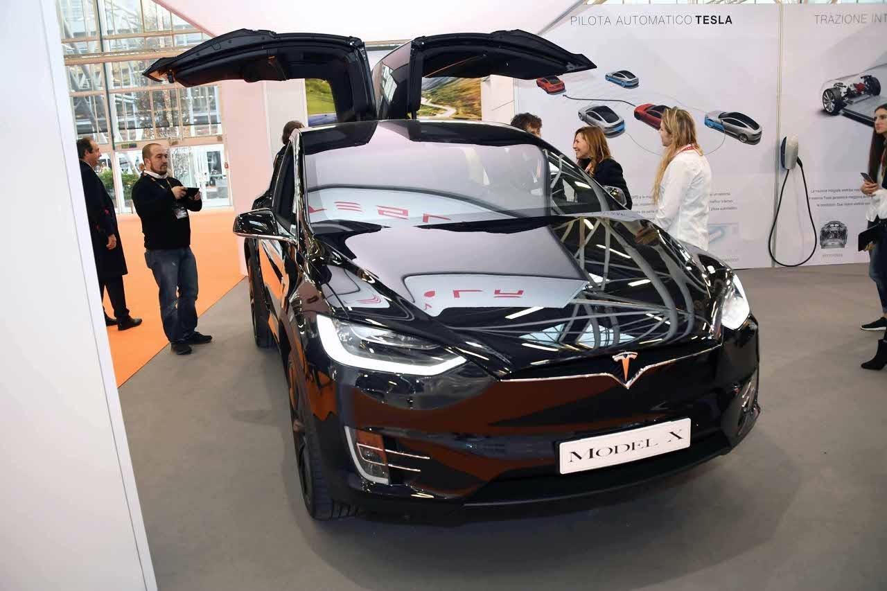 Tesla tagli i costi, il produttore di auto elettriche licenzia oltre 4mila lavoratori