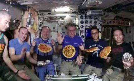 Pizza party nello spazio per Paolo Nespoli e i colleghi dell'ISS