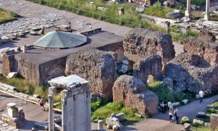 Pietra dedicata ad Augusto, scoperta archeologica nella Via Appia