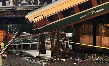 Treno deraglia su un'autostrada vicino a Seattle, almeno sei morti