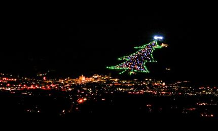 Il più grande albero di Natale del mondo, ad accenderlo l'astronauta Paolo Nespoli
