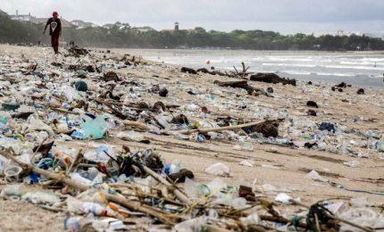 Spiagge di Bali invase dai rifiuti, addio paradiso dei turisti