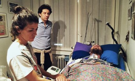 """Madre di Dj Fabo: """"Gli ho detto 'voglio che tu vada'"""". L'infermiere: """"Chiedeva di morire"""""""