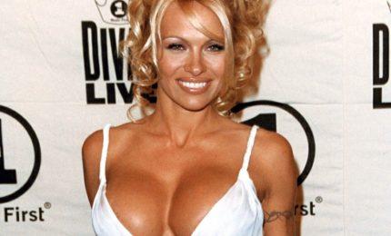 """Pamela Anderson su molestie: """"Non si va da soli in stanze d'albergo"""""""