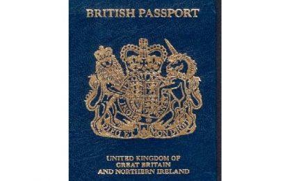 Gran Gretagna lascia bordeaux e torna a passaporti blu e oro