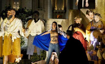 Tenta di rubare Gesù Bambino dal presepe di Piazza San Pietro, arrestata attivista Femen
