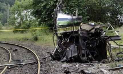 Scontro tra treno e scuolabus, almeno 4 morti e diversi feriti