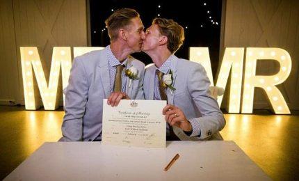 In Australia il primo sì di una coppia gay con bacio a mezzanotte