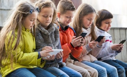 Dipendenza smartphone per più piccoli, Apple chiede studio