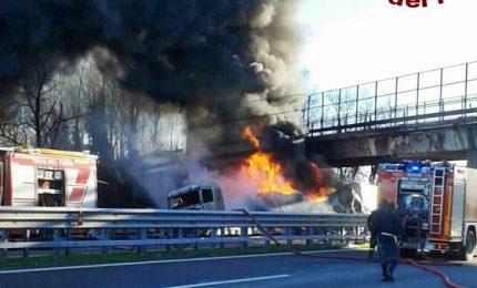 Scontro fra Tir sull'A21: sei morti carbonizzati anche due bambini