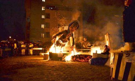 Giovani leghisti danno fuoco fantoccio Boldrini
