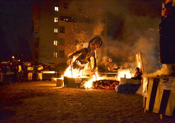Giovani padani bruciano fantoccio della Boldrini. Lei: