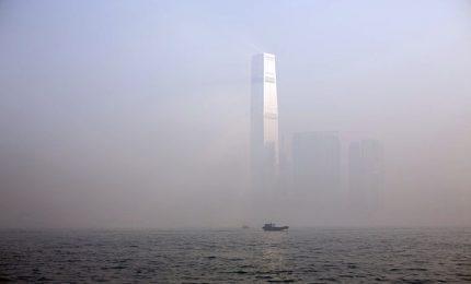 Allarme smog a Hong Kong, i grattacieli spariscono nella nebbia