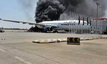 Assalto all'aeroporto di Tripoli, almeno 16 morti. Pinotti: personale italiano in sicurezza