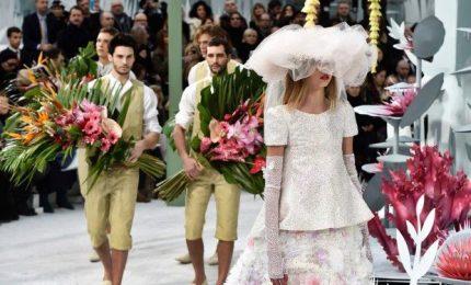 Fiori e romanticismo, a Parigi sfila l'haute couture Chanel