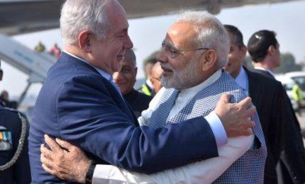 Netanyahu in India, accolto da Modi con abbraccio