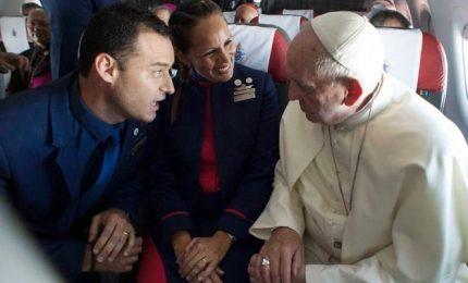Matrimonio ad alta quota, il Papa sposa due assistenti di volo