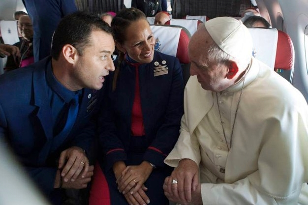 Matrimonio In Alta Quota : Matrimonio ad alta quota il papa sposa due assistenti di