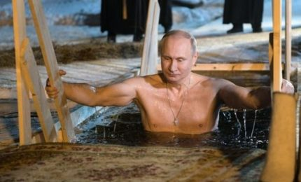Putin fa il bagno nell'acqua gelata, rituale dell'Epifania