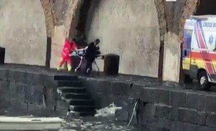 Travolta da un'onda su scogliera, morta turista nel Salernitano