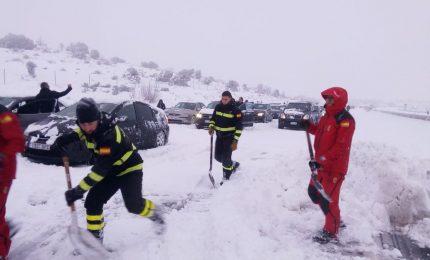 Spagna, esercito in aiuto degli automobilisti bloccati da neve
