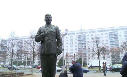 Una statua di Stalin posizionata nel centro di Berlino