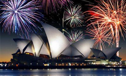 Fuochi pirotecnici e piazze blindate, milioni di persone festeggiano il Nuovo Anno