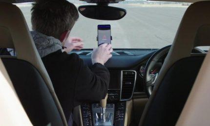 La sfida del nuovo smartphone Huawei: guidare una Porsche