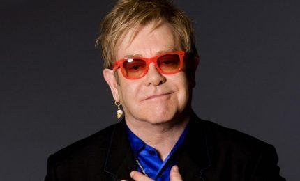 Elton John scatenato litiga con la security e con i bagagli