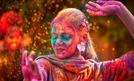 Nuvole di polveri e divertimento: è la festa dei colori in India