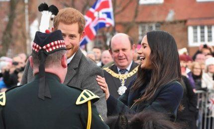 Harry e Meghan a Edinburgo, fidanzata reale perfetta in tartan