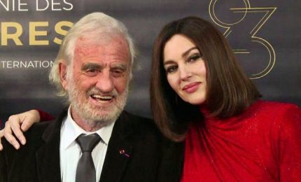 Monica Bellucci sul red carpet dei Lumieres a Parigi con Belmondo