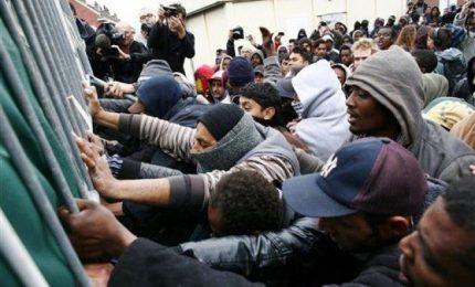 Migliaia di migranti verso G. Bretagna, risse Calais