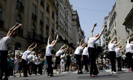 Traffico bloccato a Buenos Aires per ballerini in strada