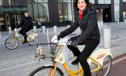 Laura Boldrini in bici a Milano con meno tre gradi