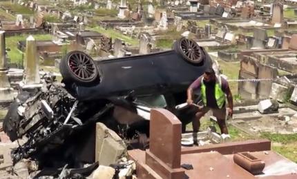 L'auto finisce tra le lapidi di un cimitero di Sydney