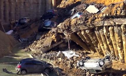 Sei auto inghiottite da voragine, tragedia sfiorata a Roma