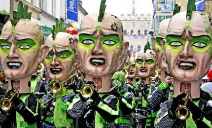 Al via il carnevale di Colonia, decine di migliaia di persone nonostante il freddo