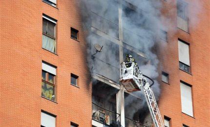 Incendio in una casa a Quarto Oggiaro, gravissimo un 13enne